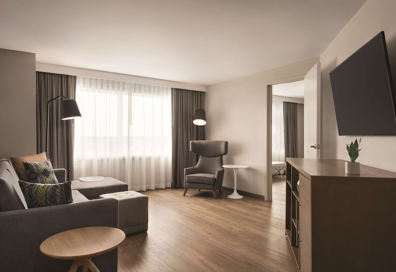 Radisson Conference Center Green Bay, Green Bay, Premium Suite, 1 King Bed, Non Smoking, Bathtub (1 bedroom), Guest Room