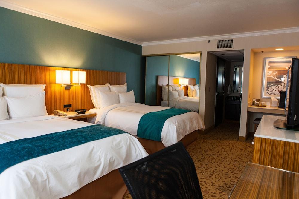 book ontario gateway hotel in ontario. Black Bedroom Furniture Sets. Home Design Ideas