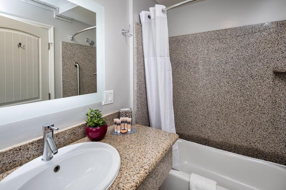 Deluxe Room, 2 Queen Beds, Bathtub (Non Smoking 2 Queen Room- Bathtub) - Bathroom