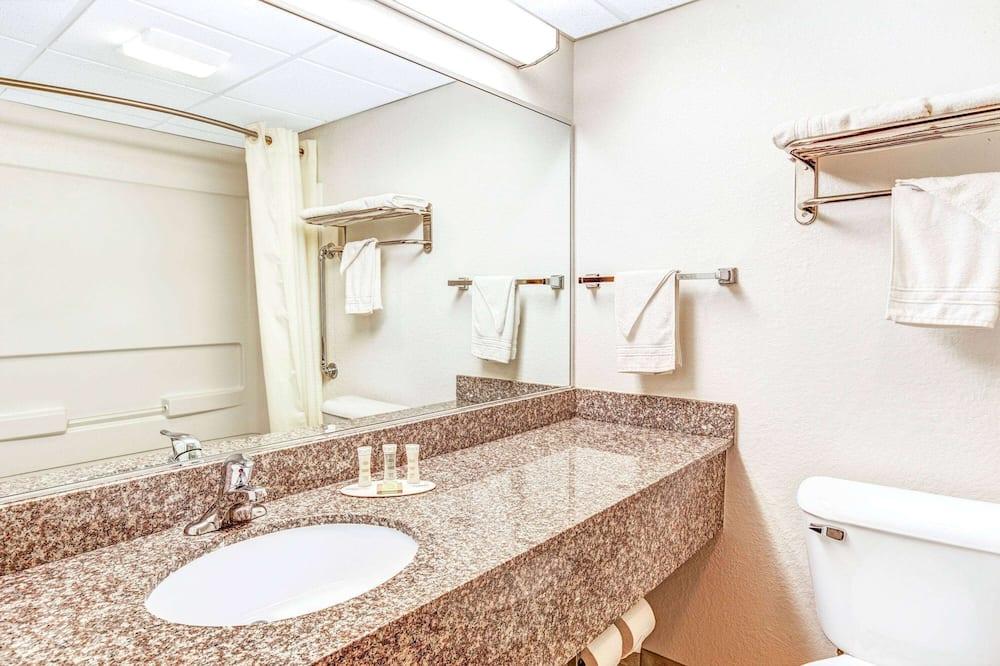 Izba, 1 veľké dvojlôžko, bezbariérová izba, nefajčiarska izba (Mobility Accessible) - Kúpeľňa