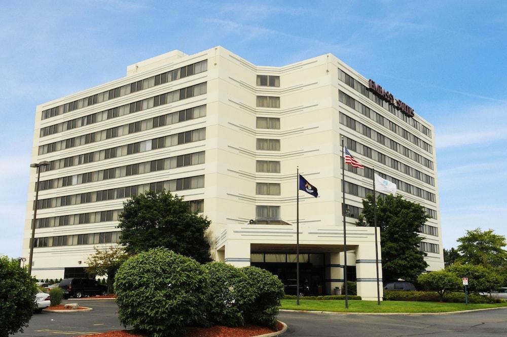 Emby Suites Detroit Southfield