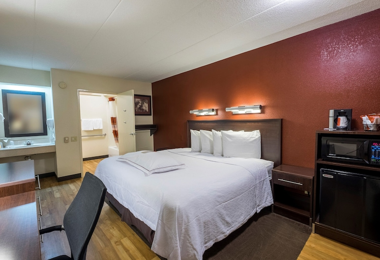 Red Roof Inn PLUS+ Washington DC - Rockville, Rockville, Superior Room, 1 King Bed, Accessible (Roll-in Shower, Smoke Free), Guest Room