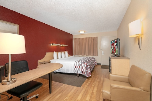 底特律紅屋頂迪爾伯恩村飯店/