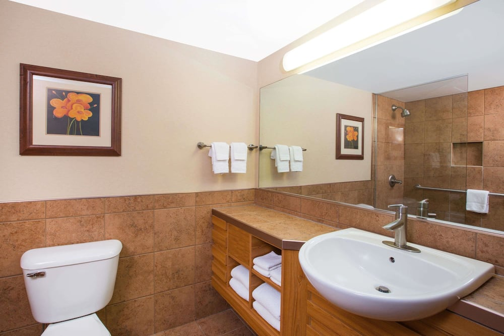 Deluxe Room, 1 King Bed, Non Smoking, Poolside - Bathroom