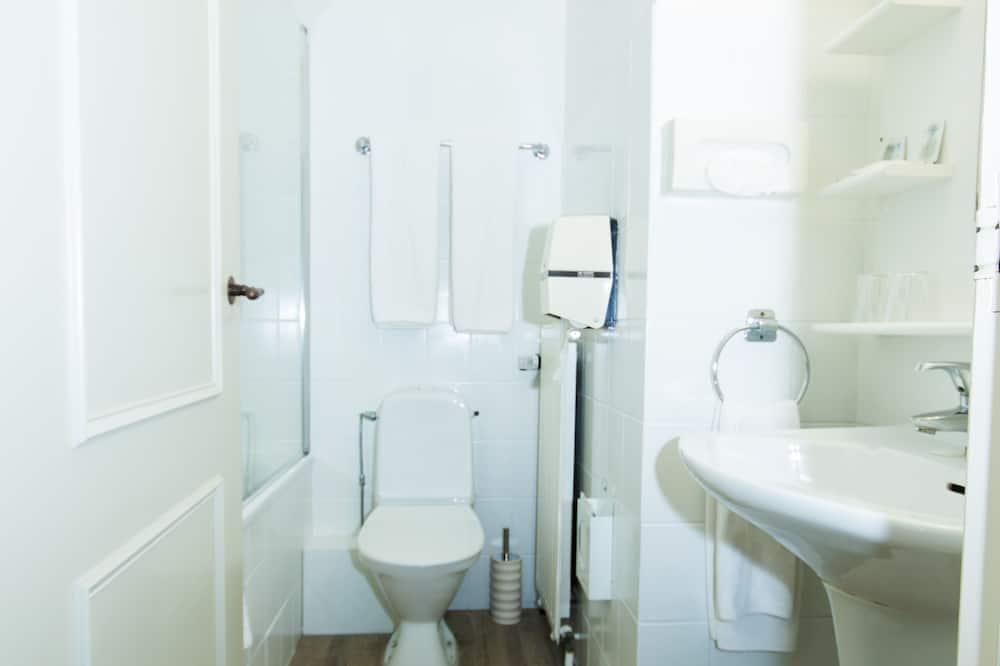 Štandardná dvojlôžková izba, 2 jednolôžka, chladnička, výhľad na mesto - Kúpeľňa