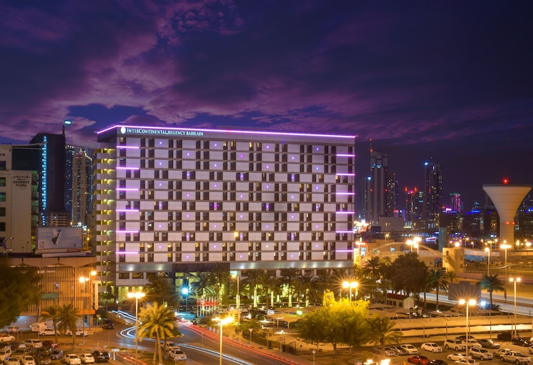 InterContinental Bahrain, Manama, Hotelfassade am Abend/bei Nacht