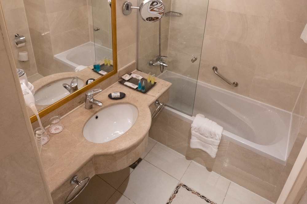 Superior Classic Double or Twin Room - Bathroom