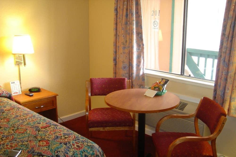 Deluxe Room, 2 Queen Beds - Living Area