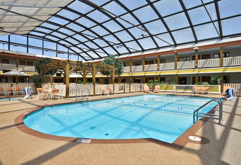 Best Western Plus Dubuque Hotel & Conference Center, Dubuque, Standard Room, 1 King Bed with Sofa bed, Refrigerator & Microwave, Poolside (with Sofabed), Pool