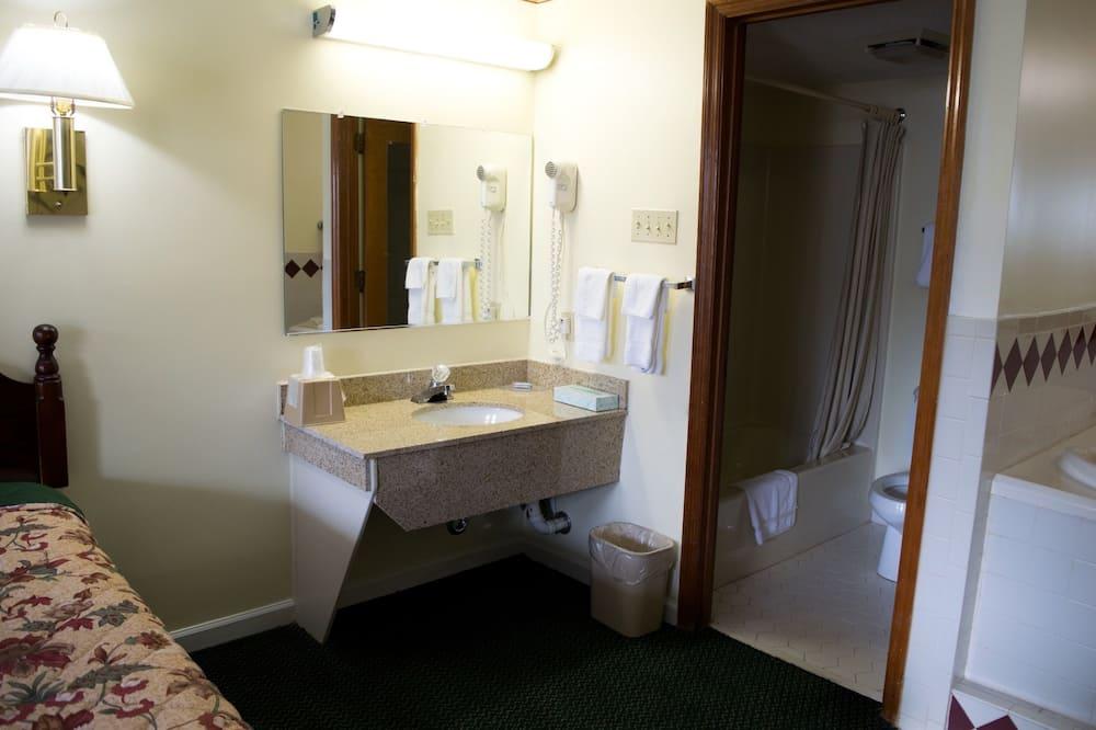 Classic Double Room, 2 Double Beds, Smoking - Bathroom