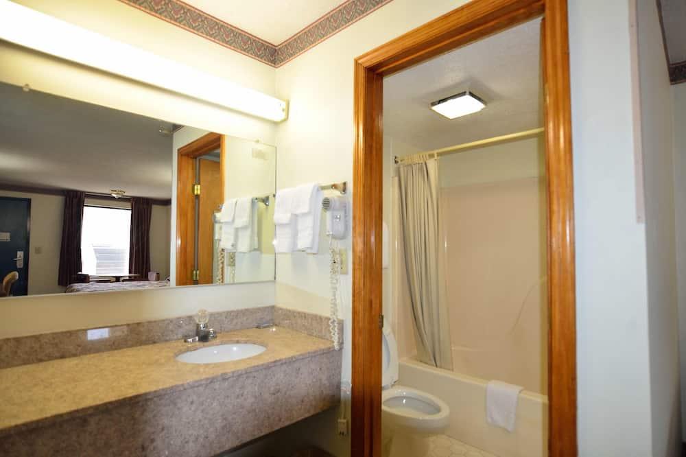 Classic Double Room, 2 Double Beds, Non Smoking - Bathroom