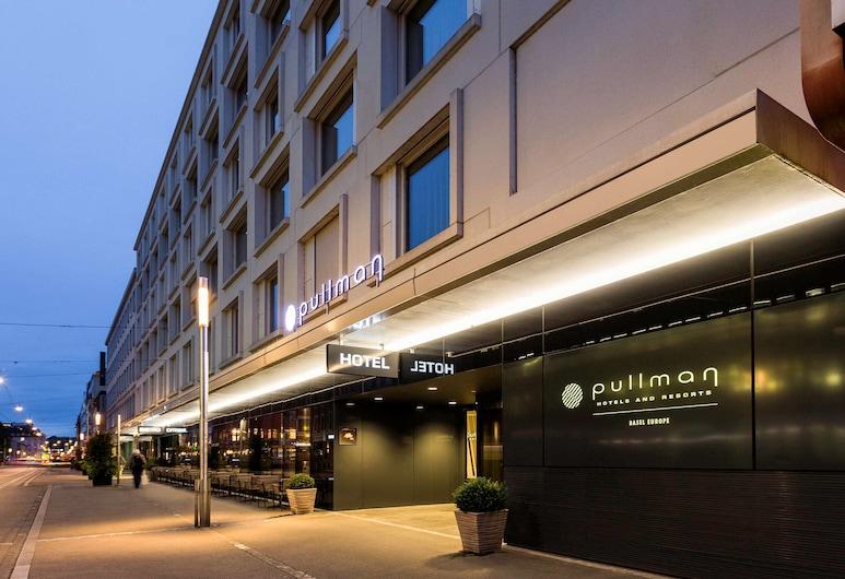 Pullman Basel Europe, Bazelis