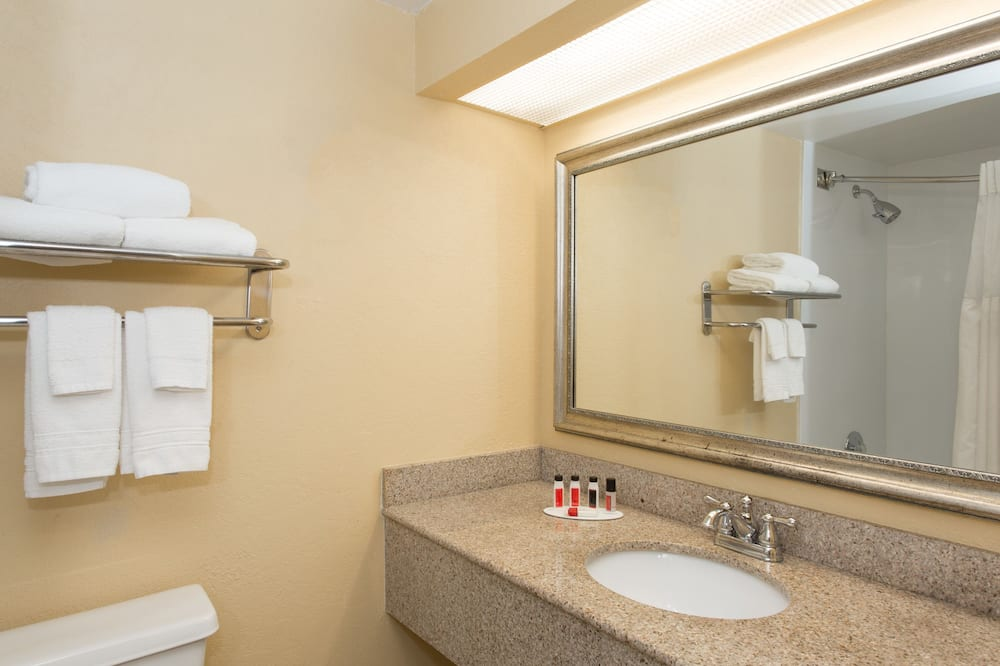 Room, 2 Queen Beds, Non Smoking, City View - Bathroom