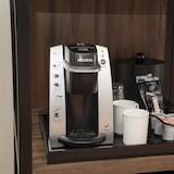 تناول القهوة داخل الغرفة