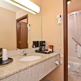 חדר סטנדרט, 2 מיטות קווין, למעשנים, מקרר ומיקרוגל - חדר רחצה