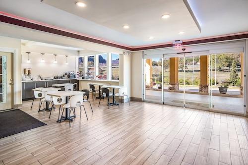 望山查塔努加紅屋頂飯店/