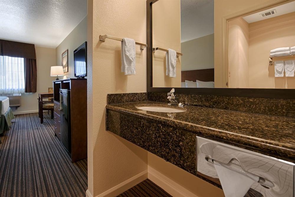 Chambre Standard, 2 grands lits, non-fumeurs, réfrigérateur et four à micro-ondes - Salle de bain