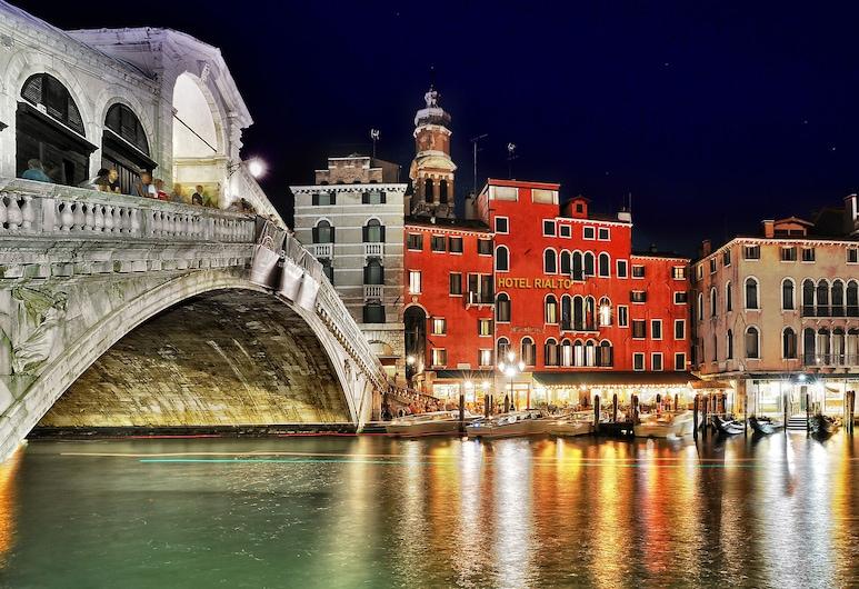 Hotel Rialto, Venedig, Hotelfassade am Abend/bei Nacht