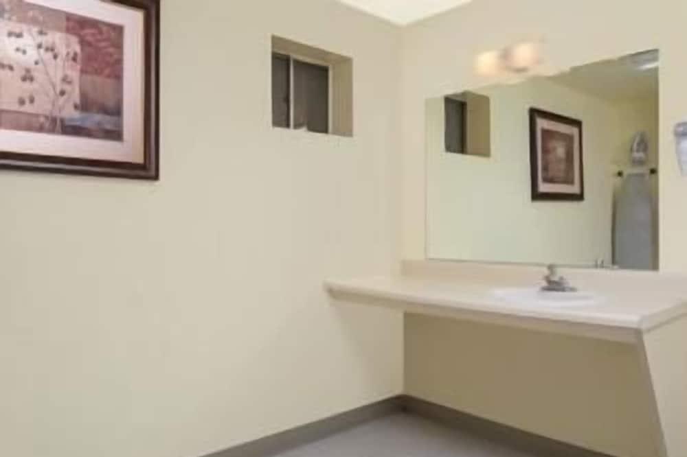 Chambre, 1 très grand lit, fumeurs - Salle de bain