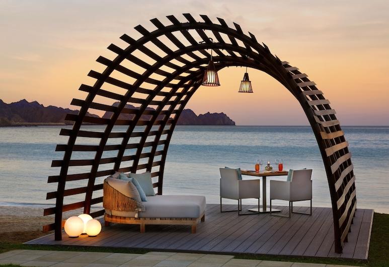 Al Bustan Palace, a Ritz-Carlton Hotel, מאסקט, ארוחה בחוץ