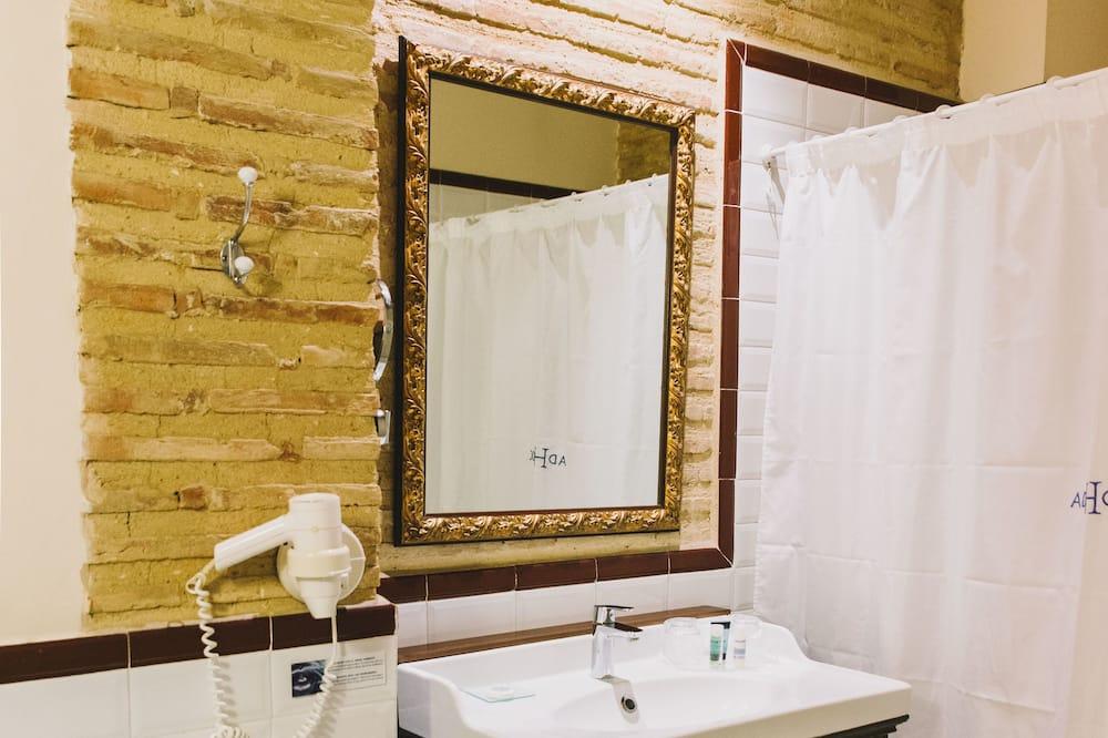 Standard Double Room Single Use, 1 Double or 2 Twin Beds - Bathroom