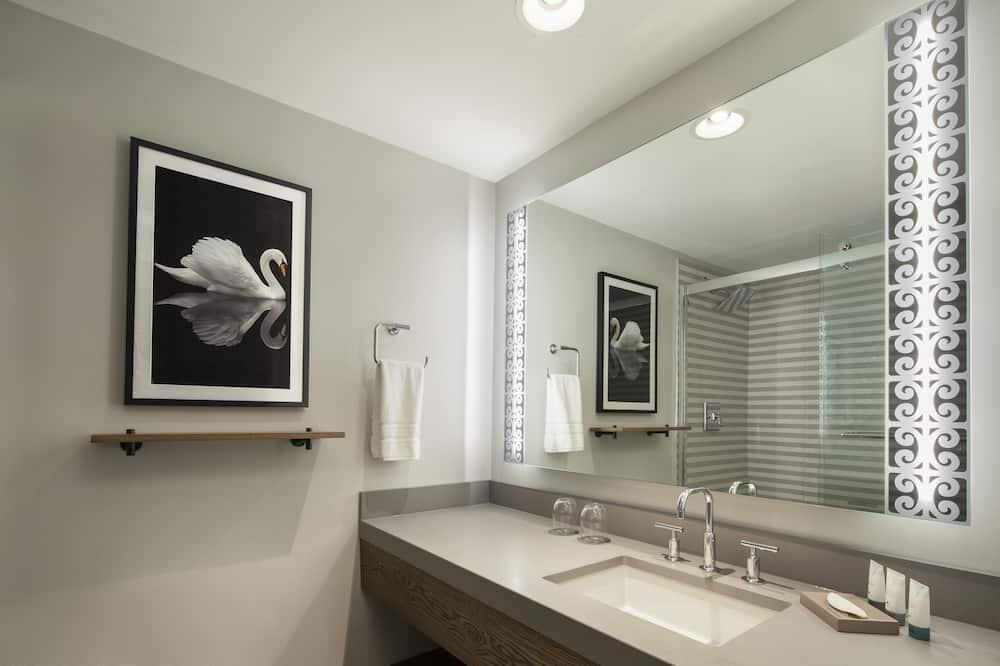 City Studio Suite, 1 King Bed, City View, Corner - Bathroom
