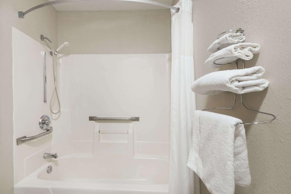 Standarta numurs, 1 divguļamā karaļa gulta, piekļuves iespējas personām ar kustību traucējumiem - Vannasistaba