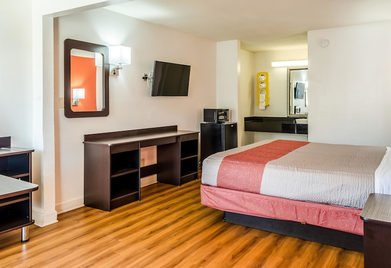 Motel 6 Saraland, AL, Saraland, Deluxe Room, 1 King Bed, Non Smoking, Refrigerator & Microwave, Guest Room