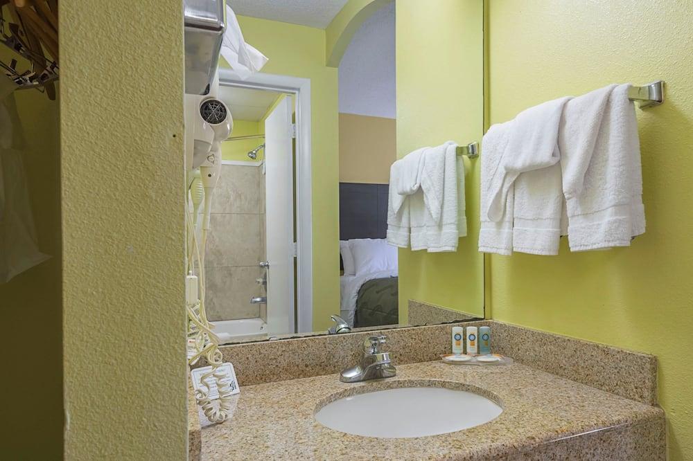 Room, 1 Queen Bed, Accessible, Non Smoking (Pet Friendly) - Bathroom