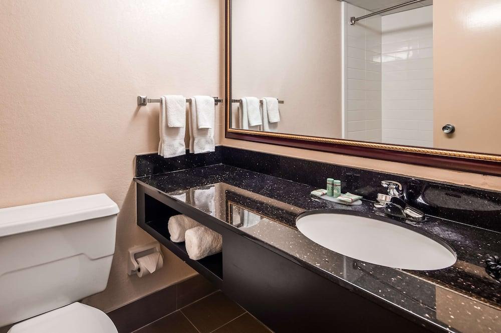 Standard Room, 2 Queen Beds, Non Smoking, Refrigerator & Microwave - Bathroom
