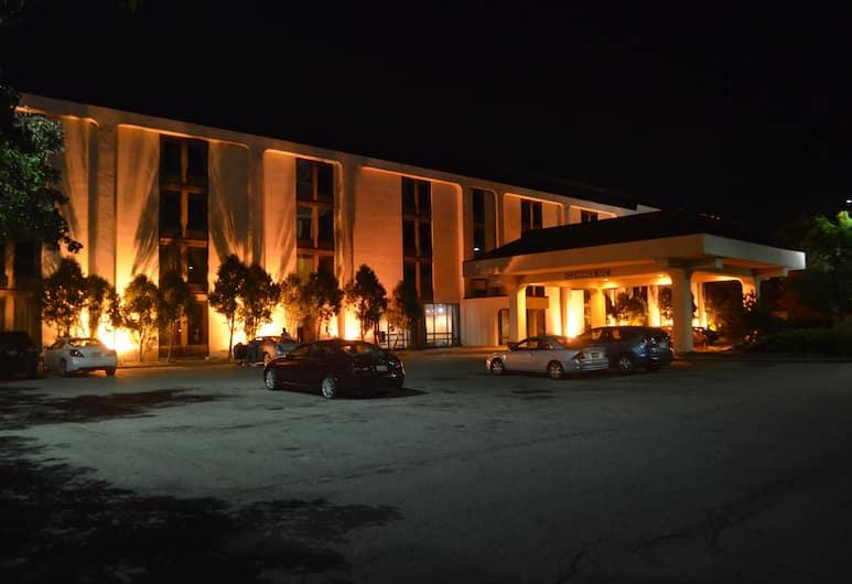 Travelodge  by Wyndham Columbus North, Columbus, Hotel Front – Evening/Night