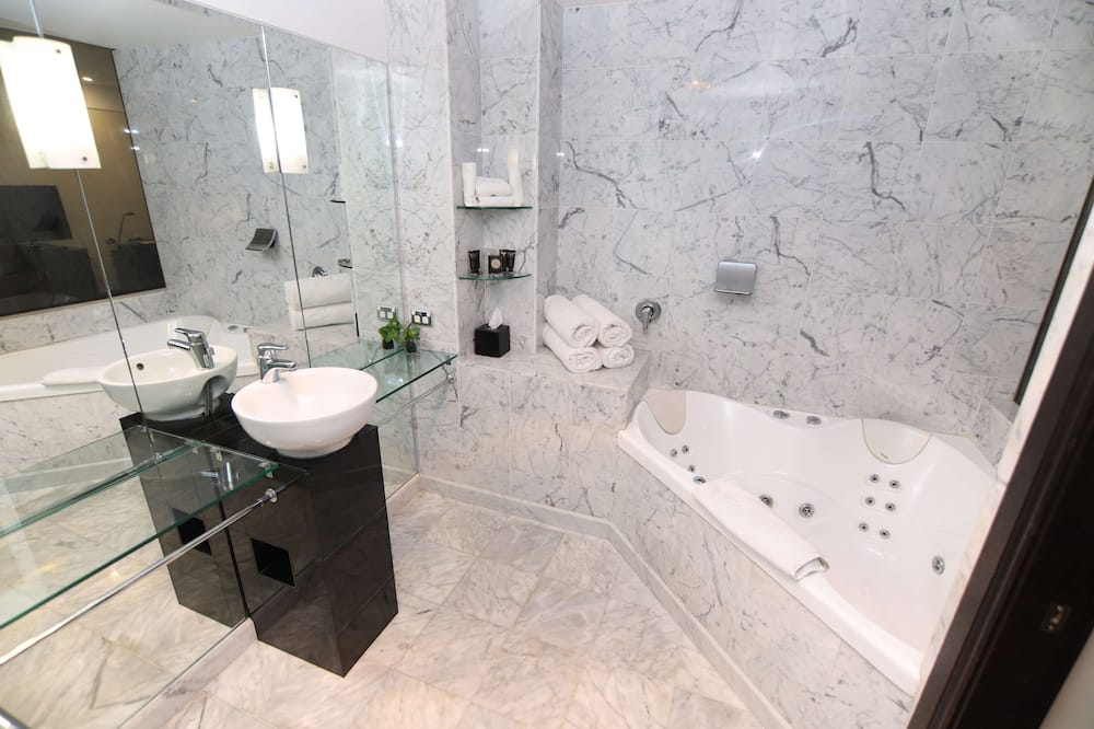 Executive Room, 1 King Bed, Jetted Tub, Ground Floor - Private spa tub