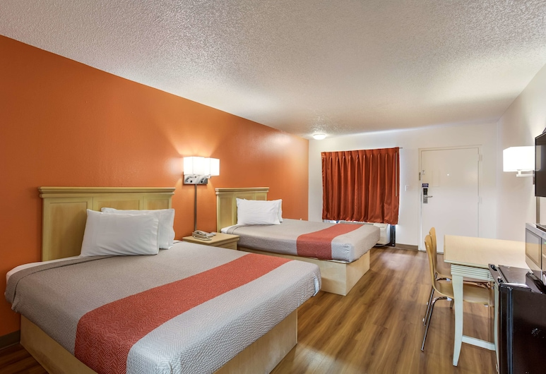 Motel 6 Macclenny, FL, MacClenny, Standard Room, 2 Queen Beds, Smoking, Refrigerator & Microwave, Guest Room