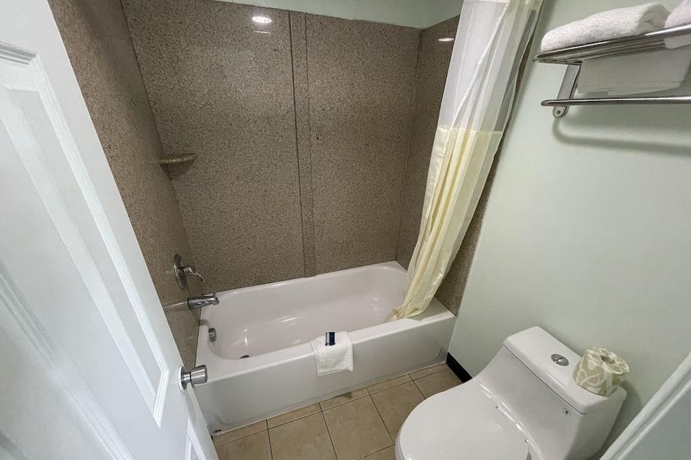 ห้องสแตนดาร์ดดับเบิล, เตียงใหญ่ 2 เตียง, สูบบุหรี่ได้ - ห้องน้ำ