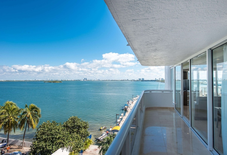 DoubleTree by Hilton Grand Hotel Biscayne Bay, Miami, Grand Suite, 1 King Bed, Bay View, Living Area