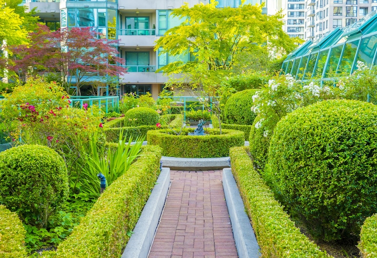 Rosedale On Robson Suite Hotel, Vancouver, Garden