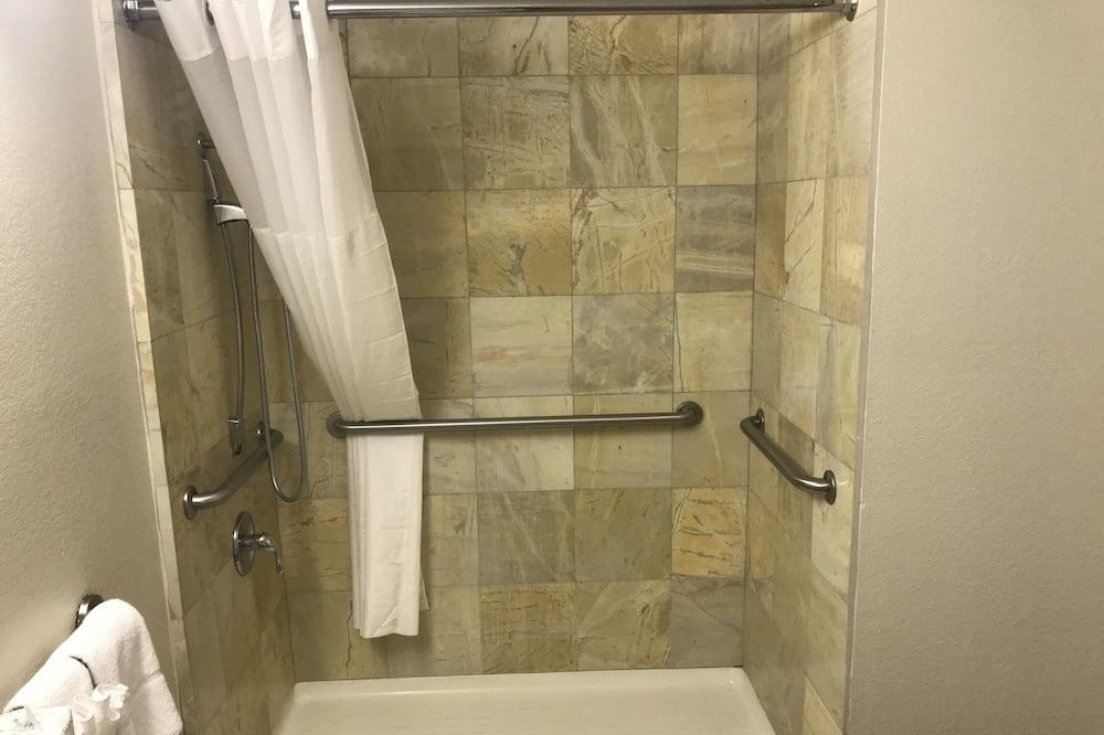 Standardzimmer, 1King-Bett, barrierefrei, Nichtraucher (Roll-In Shower) - Badezimmer