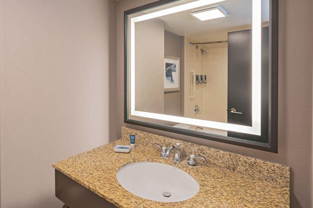 City Room, 2 Queen Beds, Non Smoking, City View - Bathroom