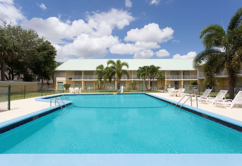 Howard Johnson by Wyndham Vero Beach / Downtown, Vero Beach, Pool