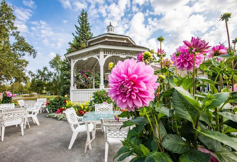 Wedgewood Resort, Fairbanks, Garden