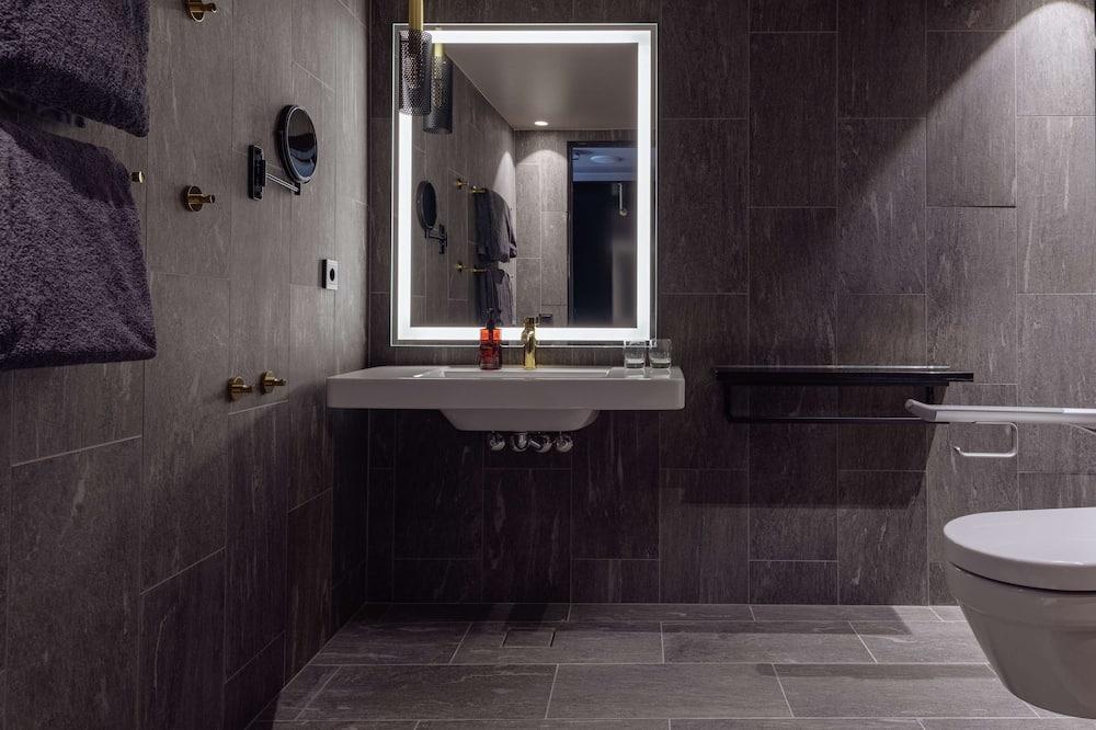 Grand Room, 1 King Bed - Bathroom
