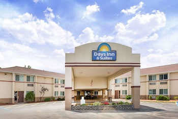 Picture of Days Inn & Suites by Wyndham Bridgeport - Clarksburg in Bridgeport