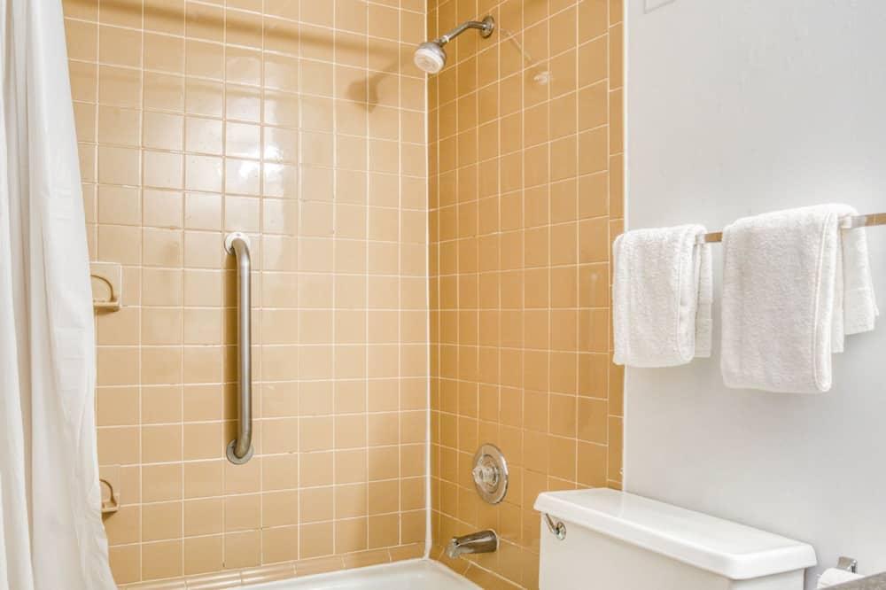 ห้องพัก, เตียงควีนไซส์ 2 เตียง - ห้องน้ำ