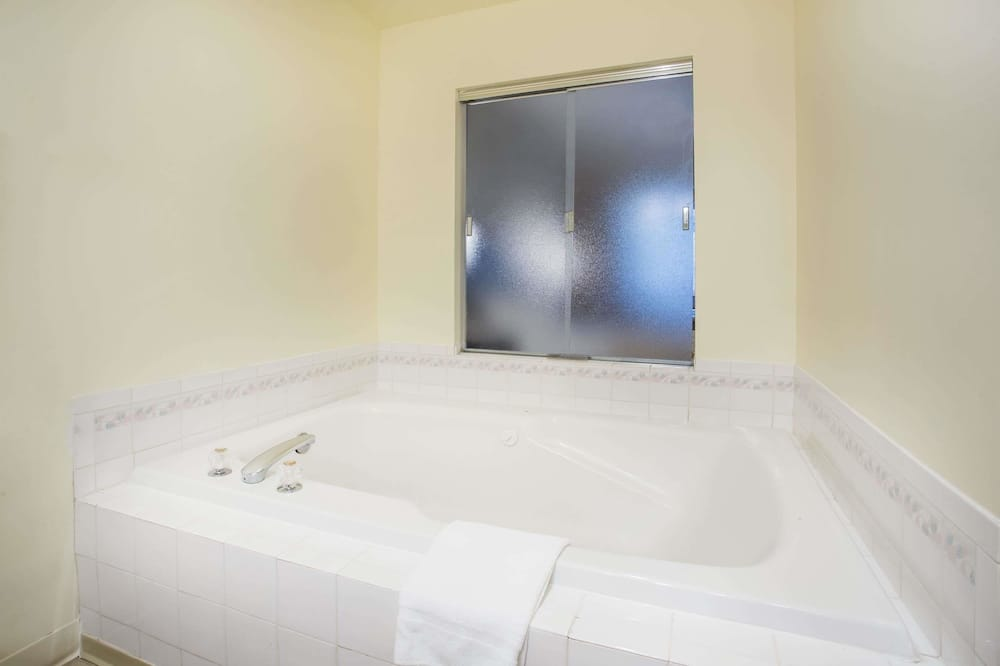 Suite, 1 Queen Bed, Non Smoking, Hot Tub - Bathroom