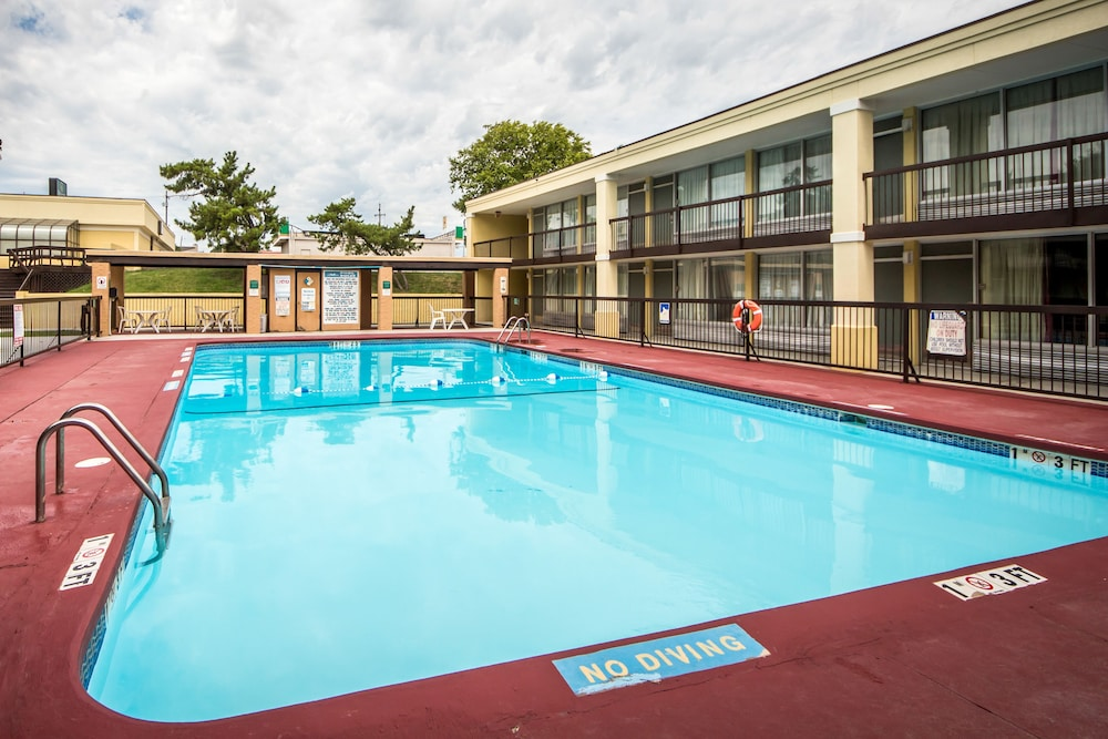 Quality Inn Ponca City Outdoor Pool