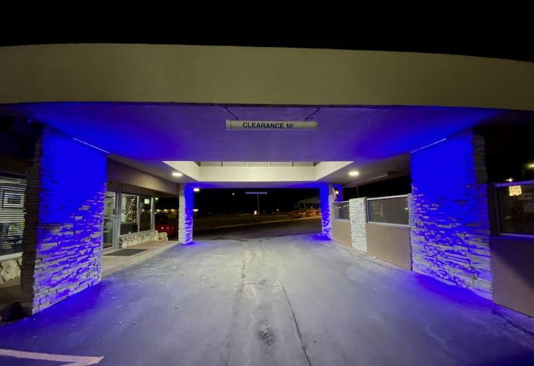 Super 8 by Wyndham Lawrence KU, Lawrence, Entrada del hotel (tarde o noche)