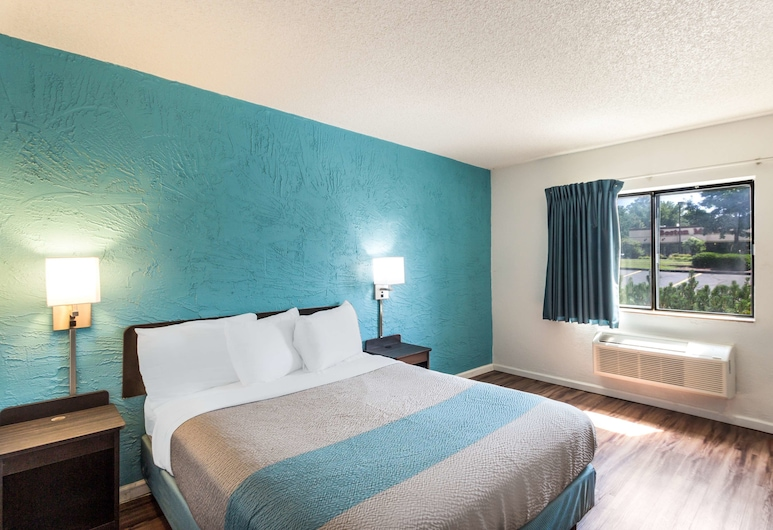 Motel 6 Milwaukee, WI - Glendale, Milwaukee, Standard Room, 1 King Bed, Non Smoking, Guest Room