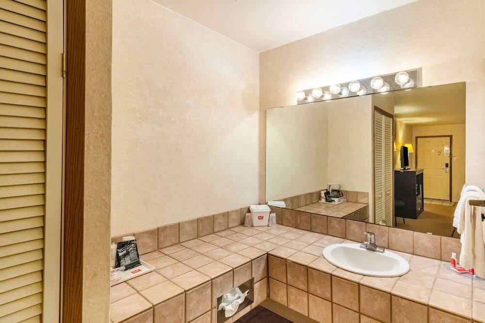 Room, 1 King Bed, Accessible, Non Smoking - Bathroom