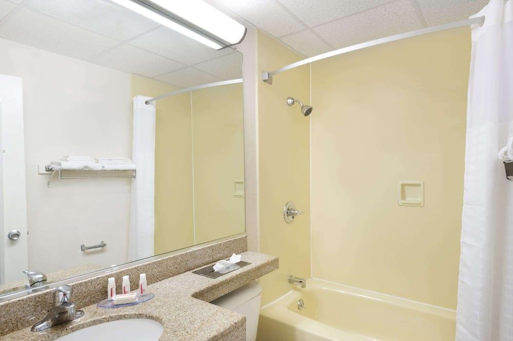 غرفة - سريران مزدوجان - تجهيزات لذوي الاحتياجات الخاصة - لغير المدخنين - حمّام
