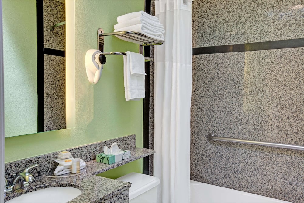 Doppelzimmer, 2Doppelbetten - Badezimmer